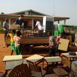 In de verscheping zaten enkele bureaus met stoeltjes voor de school.